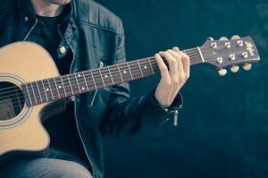 ギターを弾く