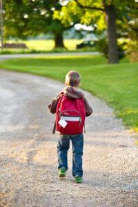 重いカバンで学校に行く